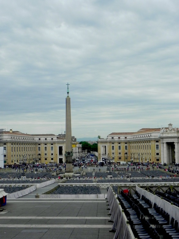 A photograph of an overview of how the vatican square saint peters Basilica looks like from far stunning photo
