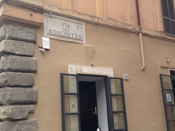 A street sign of via dei boschetto