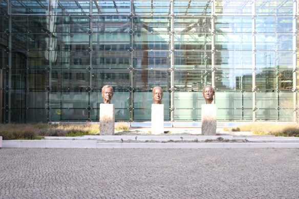 3 HEAD Statues of presidents