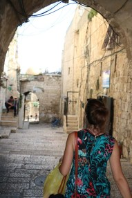 walking between the old city of Jerusalem في القدس القديمة