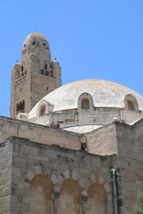 walking between the old city of Jerusalem في القدس القديمة